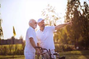 Zwei Ältere reden miteinander